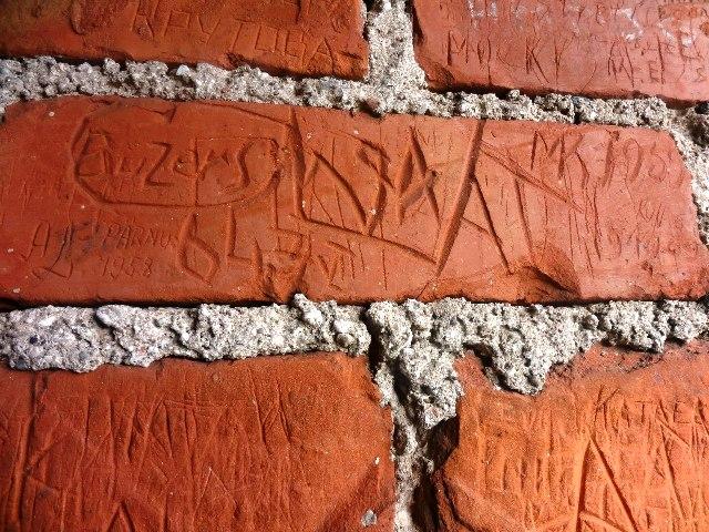 Латвия. Турайдский замок. Надписи на стене