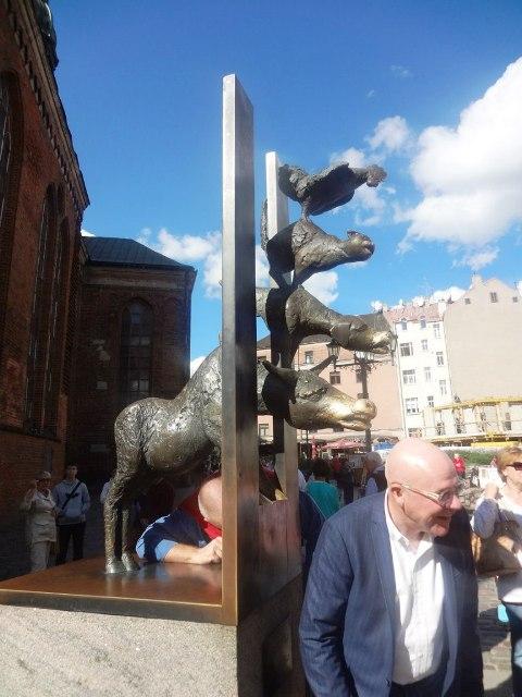 Поездка в Ригу. Памятник бременским музыкантам