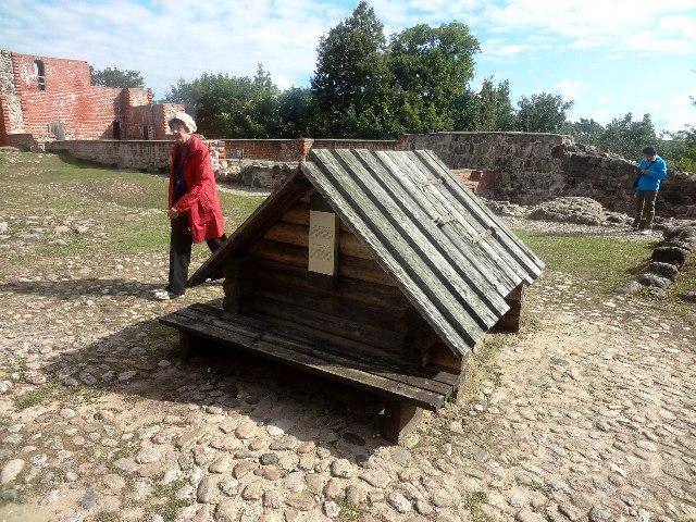 Латвия. Турайдский замок. Старинный колодец
