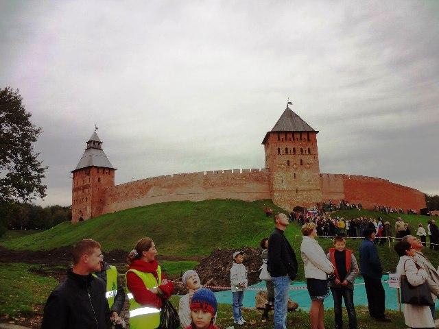 Великий Новгород.Под стенами кремля