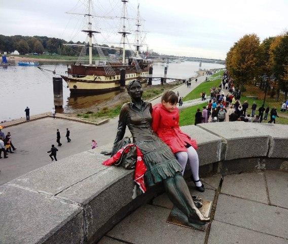 Великий Новгород. Памятник уставшей туристке