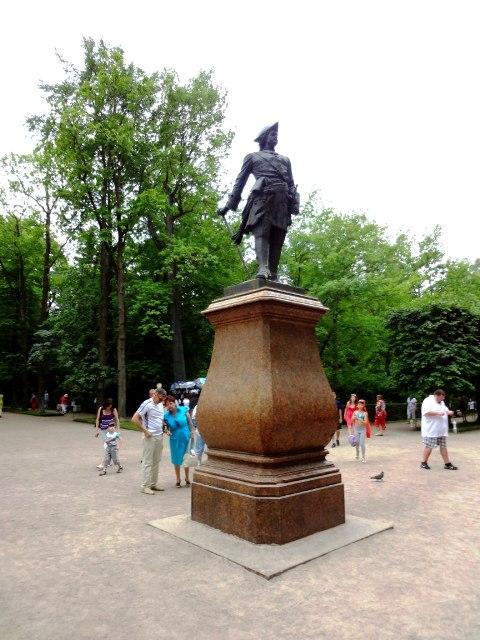 Петергоф. памятник Петру I в Нижнем парке