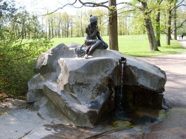 Екатерининский парк в Пушкине. Девушка с кувшином