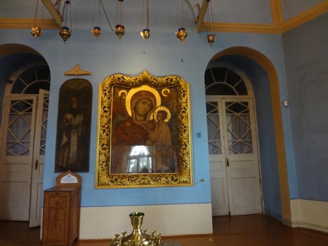 Тихвинский Богородичный у=Успенский монастырь. Божья Матерь на крылечке